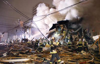札幌大樓深夜爆炸!疑120個噴霧罐起火引爆