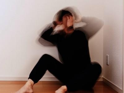 拉開衣袖坦承放血自殘!憂鬱子反被父嗆「奧肖年」,喝清潔劑報復