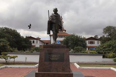 甘地種族歧視?迦納大學氣到撤銅像