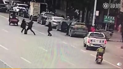 目擊兇嫌刀砍情侶 執法人員只拍片