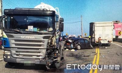 小客車撞大貨車 3人輕傷送醫