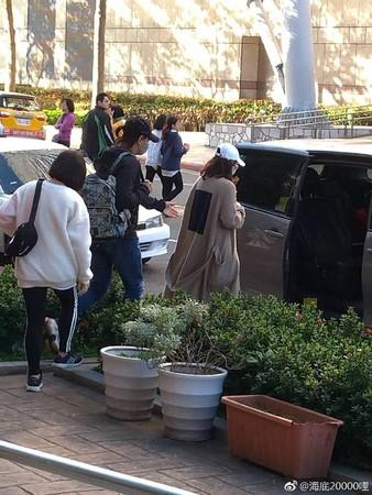 劉詩詩、吳奇隆被目擊現身美麗華百貨附近。(圖/翻攝自「海底20000哩」微博)