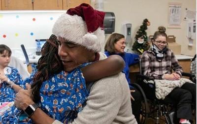 歐巴馬扮聖誕老人驚喜現身兒童醫院