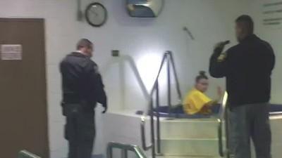 女囚越獄後穿著囚服就先去做水療