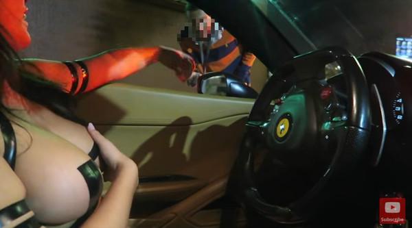 火辣女模「3點貼膠帶」買得來速 男店員「緊盯巨乳」看傻了。(圖/翻攝自YouTube/PlayHouse TV)