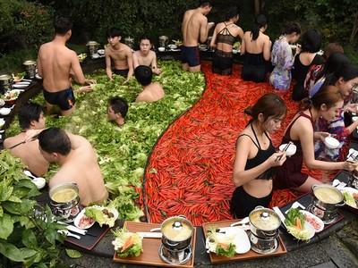 下面痛痛的!寬5公尺「巨大鴛鴦鍋溫泉」食客泡在辣椒湯裡涮肉吃
