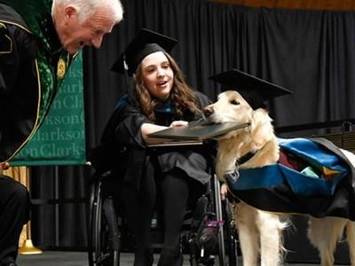 守在輪椅旁「整整四學期沒亂叫」!殘疾女大生幫忠犬爭取專屬畢業證書