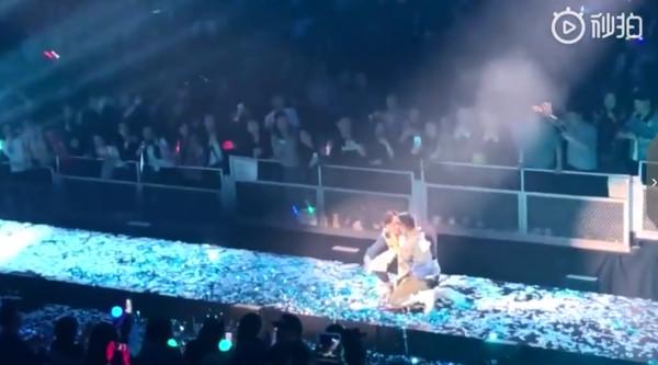 歌迷衝出欄杆跌跪在劉德華面前。(圖/翻攝自秒拍/尧二止)