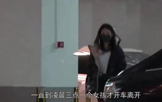 ▲賈乃亮被拍到回自己家,深夜另有2名女孩進家門。(圖/翻攝自微博)
