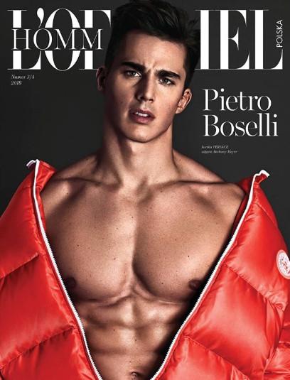 「地表最性感数学老师」登杂志封面 穿Versace露胸肌、只穿内裤引人遐想