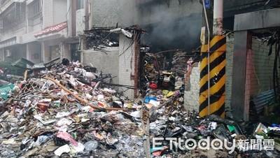 都市垃圾屋起火 消防員搶救累癱