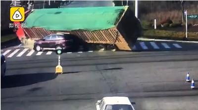 砂石車翻倒恐怖活埋 小車被壓成鐵片