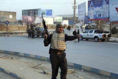 槍手闖阿富汗政府大樓遭 掃射釀43死