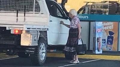 路邊老人神似「已故奶奶」!他淚送麵包給對方:可以當我阿嬤一天嗎