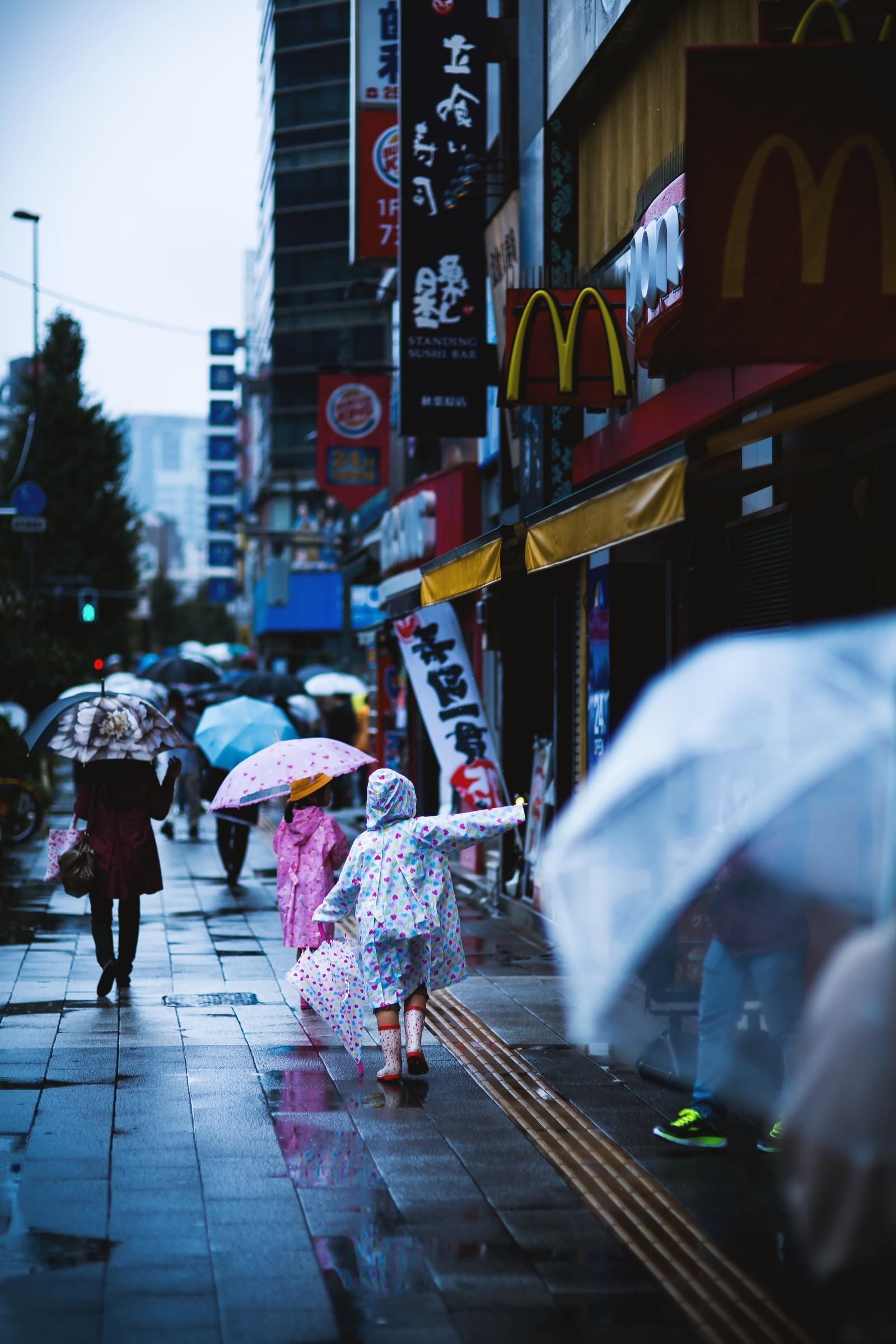 ▲學生們都撐著傘。(示意圖/取自免費圖庫PAKUTASO)
