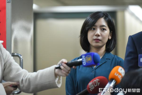 ▲▼台北市政府副發言人黃瀞瑩接受聯訪。(圖/記者林敬旻攝)