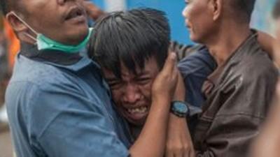 海嘯沖來「老婆跟媽媽」只來得及救一個!印男瓦礫堆前守著母屍痛哭