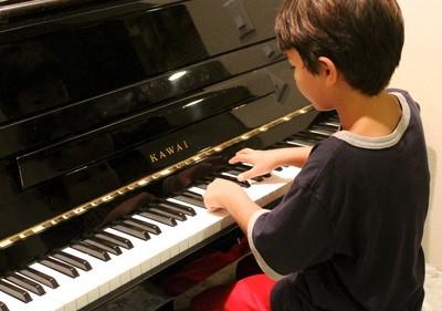 手癢!星10歲童彈蕭邦神曲超投入