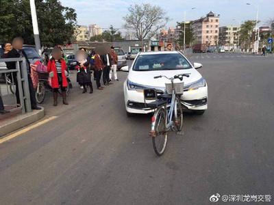 腳踏車把轎車撞成「內凹八字型」