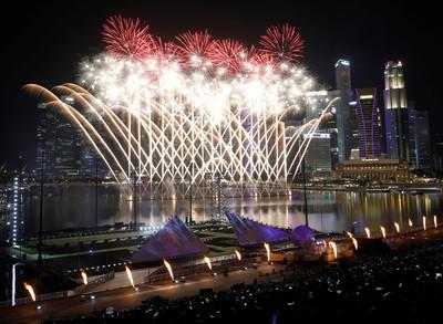 新加坡7分鐘跨年煙火照亮濱海灣