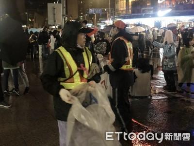 北市民眾雨中跨年 撐傘歡呼迎新年