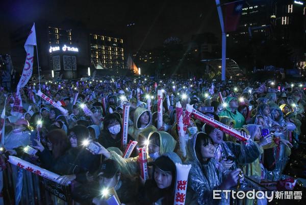 ▼▲台北市狂放電跨年晚會,張惠妹演唱,觀眾燈。(圖/記者林敬旻攝)