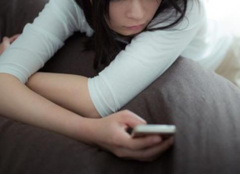 手機,滑手機,低頭族,傳訊息,電話。(圖/取自免費圖庫PAKUTASO)
