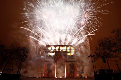 馬克宏許3願 巴黎20分鐘燈光秀迎2019