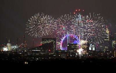 倫敦煙火7語言賀新年 愛丁堡火炬遊行嗨整夜