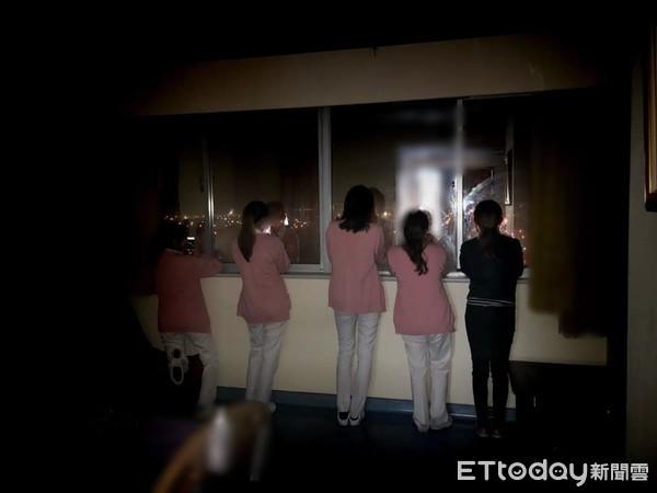 影/跨年夜「最沉默倒數」!護理師趴窗看煙火30秒 男友快哭:金摳憐