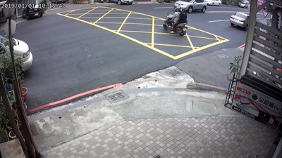 騎士巷子鑽出直衝 5秒遭汽車擊落