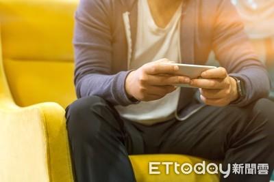 每天歪在沙發上玩手機 小心脊椎癱瘓!