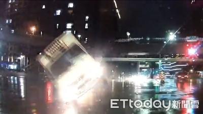 影/冷凍貨車「2輪側走」逆向撞4車 女司機:恍神