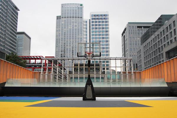 200坪屋顶篮球场现身信义新光三越 电子记分板、天际线当背景超酷