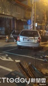 高雄2車對撞 1駕駛丟下爛醉女伴開溜