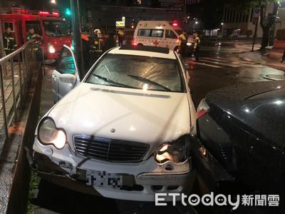 賓士擦撞救護車 駕駛受困救出送醫