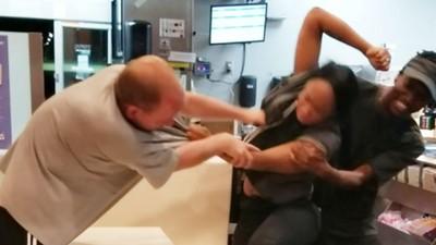 制服被男奧客扯破 店員反過來「重擊10拳」:你這種人就該坐牢!