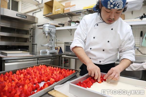 ▲▼蛋糕體上排滿一顆顆草莓,香味撲鼻。(圖/記者胡順惠攝)