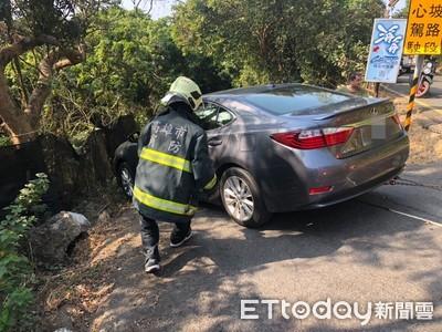 即/轎車50度陡坡滑出 警消急救駕駛