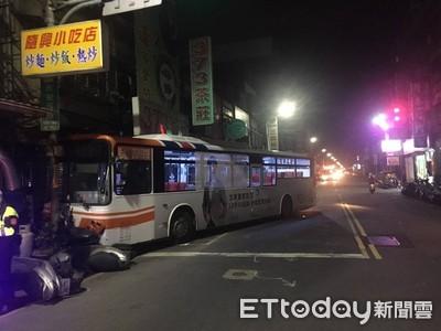 公車停紅燈「急剎踩成油門」 暴衝撞15車