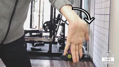 15秒消除肩頸痛!「反手壓腿」做完視覺瘦一圈,辦不到還有別招救