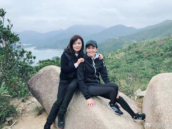 ▲張鈞甯和媽媽爬山。(圖/翻攝自微博/張鈞甯)