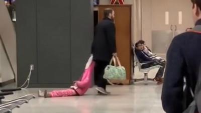 4歲女兒超歡「貪戀機場地板」 心冷爸SOP...當隨身行李拖著走