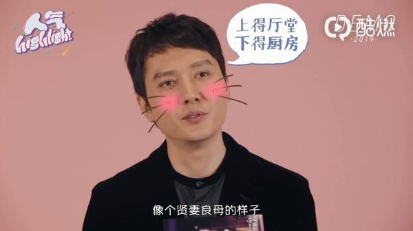 ▲趙麗穎幫馮紹峰畫眉毛。(圖/翻攝自微博)