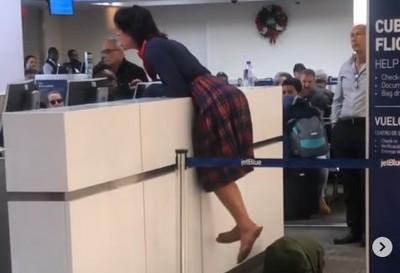 酒醉女大鬧機場 爬上櫃台嗆地勤:性侵犯