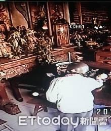 80老翁偷廟供水果 為治兒精神病