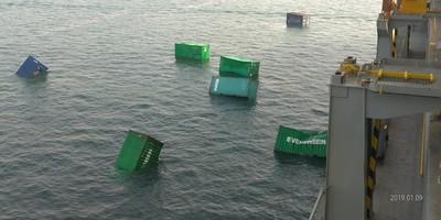 長榮貨櫃落海 港務公司緊急打撈中