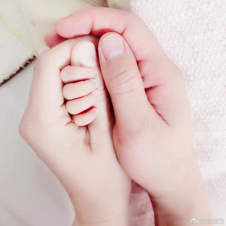 ▲王祖藍女兒正面曝光。(圖/翻攝自微博)