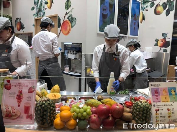 ▲▼微風南山9 Palette Parlor(2F),由日本生鮮蔬果專賣店-九州屋展開的海外店鋪,主要販售以新鮮水果為主的聖代、三明治、果汁飲料等 。(圖/記者陳涵茵攝)