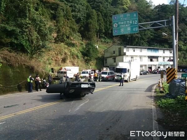 ▲一輛保時捷跑車經過石碇區時被小山丘擊落翻覆,車上2名女子送醫。(圖/記者林煒傑翻攝)